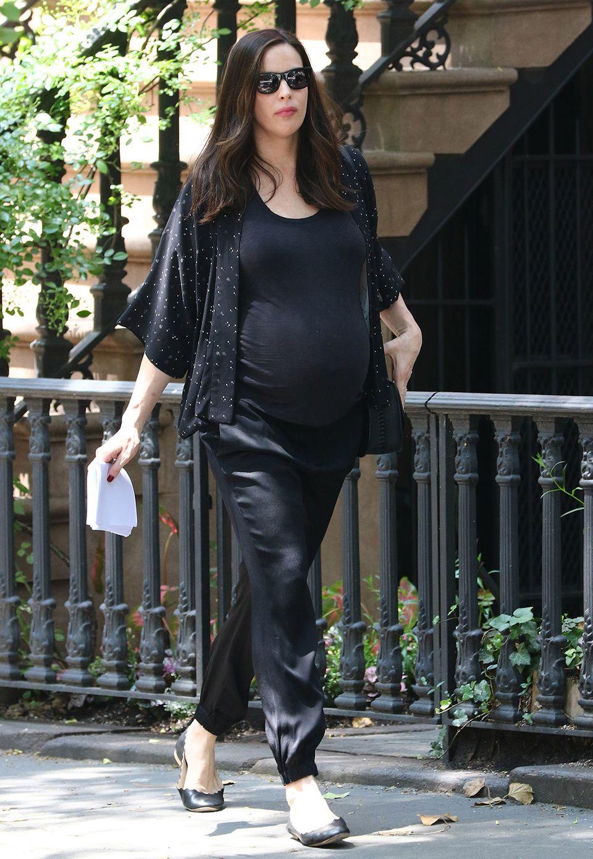 Hochschwanger und mit Seidenhose und luftigem Kimono auch ziemlich lässig unterwegs: Liv Tyler