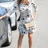 Eva Longoria ist mit ihrem weiß-floralen Outfit zu Leder-Sandalen herrlich sommerlich gekleidet.