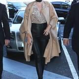 Mit weitem Cashmere-Mantel und sexy Lederhose ist Miranda Kerr im Streetstyle-Ranking ganz weit vorne.