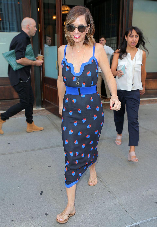 Star-Comedian und Schauspielerin Kristen Wiig bezaubert mit blauen Print-Erdbeeren.