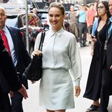 "Businesslike in ganz zartem Pastellgrün besucht Natalie Portman die TV-Show ""Good Morning America"" in New York."