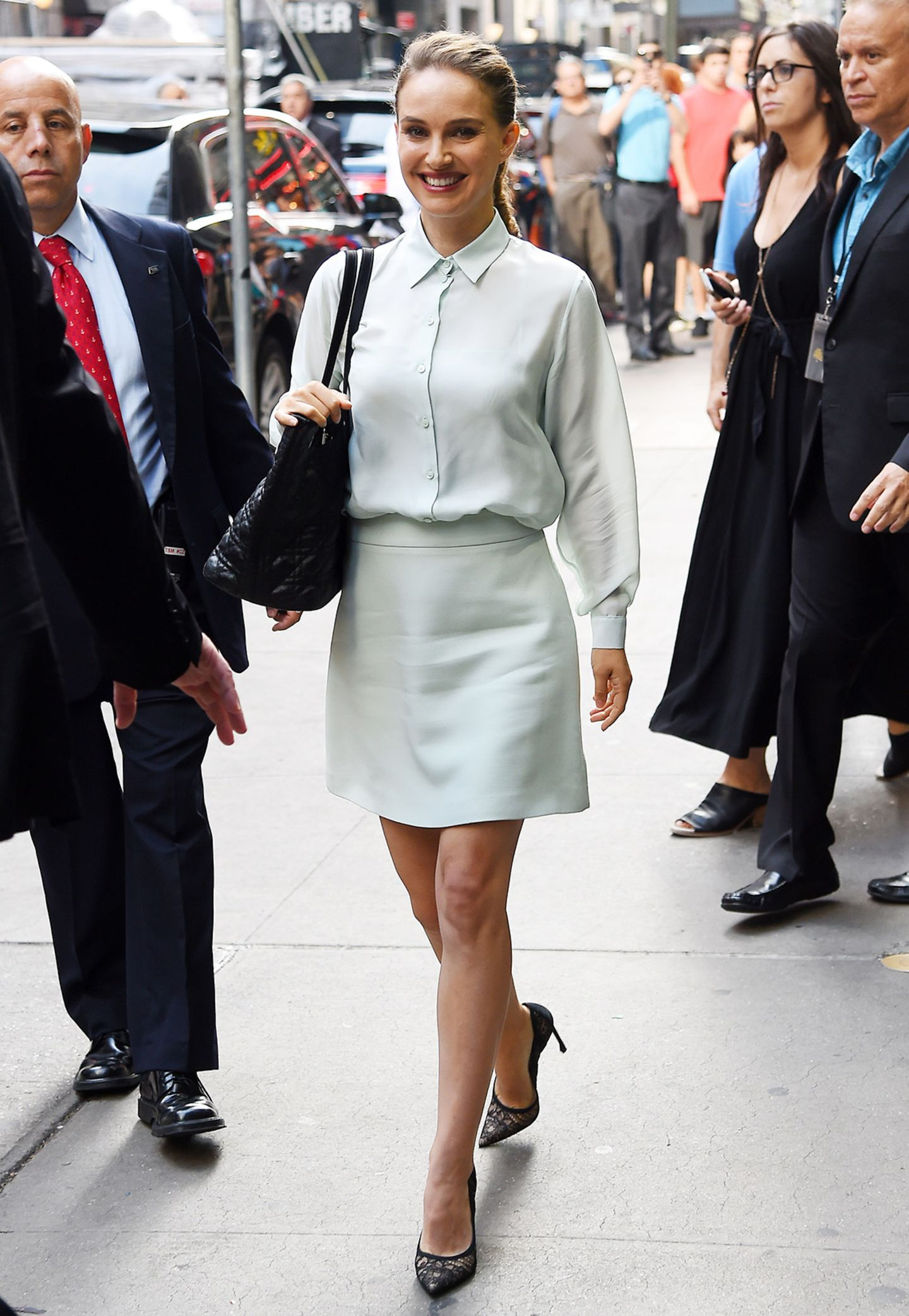 """Businesslike in ganz zartem Pastellgrün besucht Natalie Portman die TV-Show """"Good Morning America"""" in New York."""