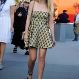 Im sommerlichen Mini-Kleid von Miu Miu zeigt sich Dakota Fanning bei einer Veranstaltung des Modelabels in Venedig.
