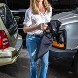 So einfach und stylisch: Jennifer Aniston begeistert selbst mit lässiger Boot-Cut-Jeans und weißem hochgekrempeltem Hemd.