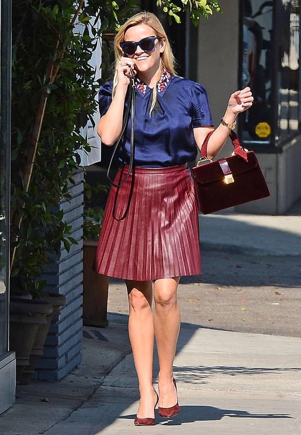 Reese Witherspoons typischer Streetstyle-Look mit Bluse und Rock wird mit tieferem Sonnenstand auch allmählich farblich etwas herbstlicher.