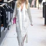 Rita Oras weich fließendes, seidenes Hemdkleid ist genau das Richtige für den heißen New Yorker Sommer.