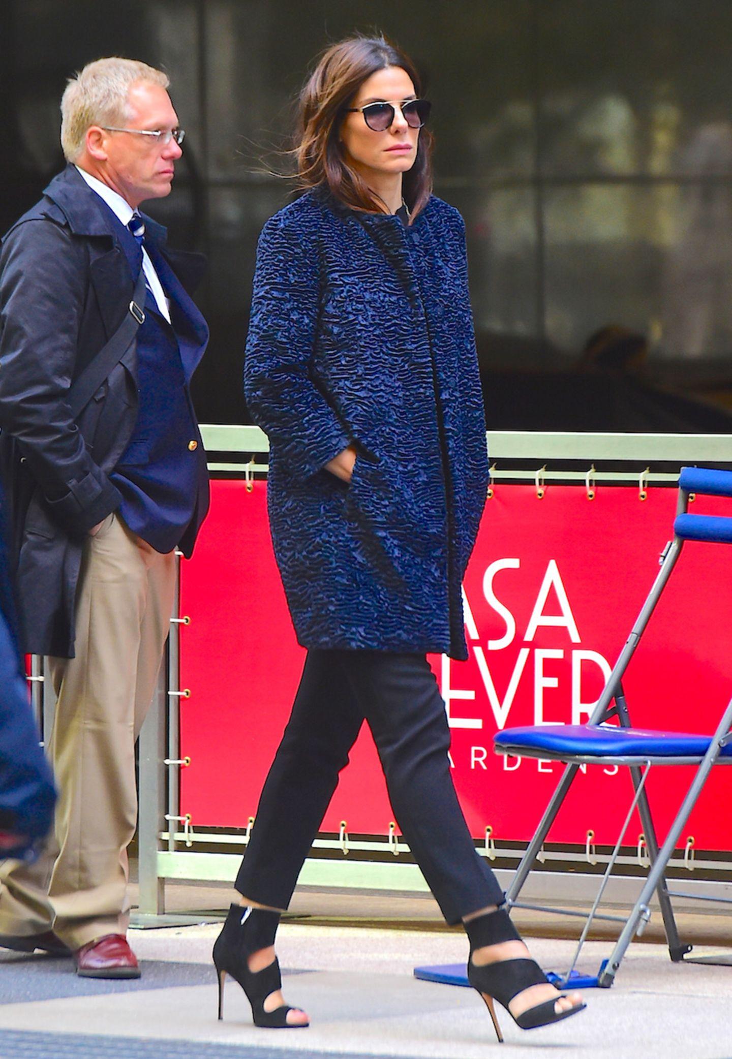 """Die Dreharbeiten zu """"Ocean's 8"""" haben in New York begonnen, und Sandra Bullock übernimmt darin die Rolle Danny Oceans (gespielt von George Clooney) weiblichem Pendant. Im dunkelblauen Herbst-Look sieht sie dabei ziemlich stylisch aus."""