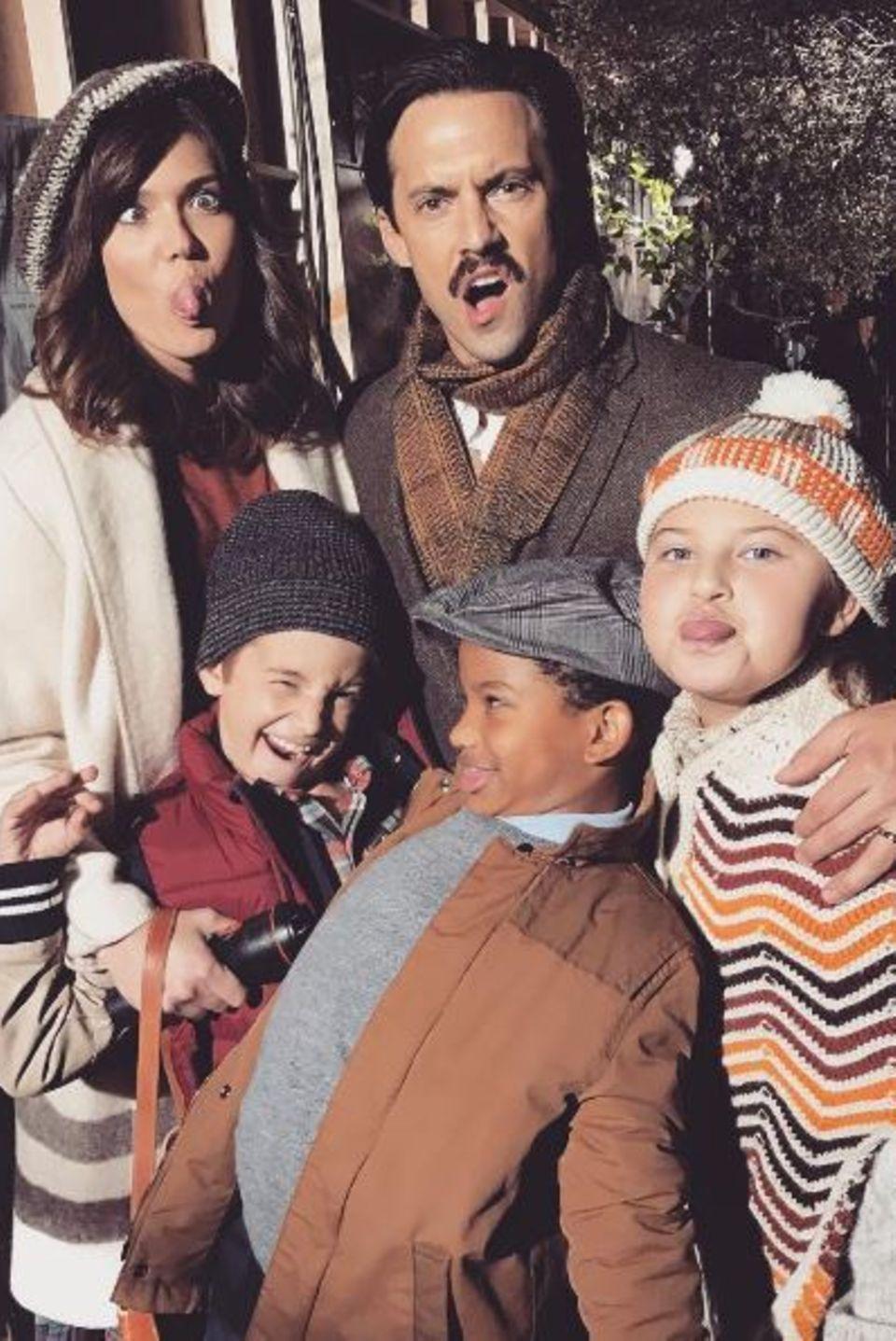 """13. Oktober 2016: Mandy Moore postet dieses Foto vom Dreh der Serie """"This Is Us"""". Alle ziehen eine Grimasse, aber Mandy Moore schreibt: """"Wir haben null Spaß bei der Arbeit."""""""
