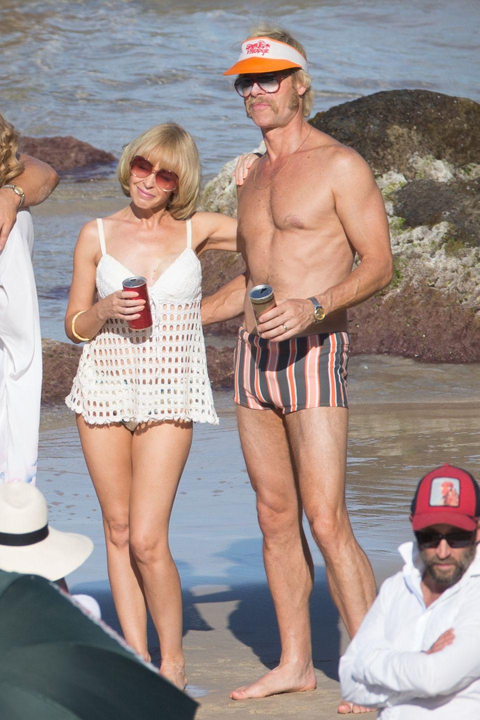 """Hättet Ihr sie erkannt? Pop-Queen Kylie Minogue ist im 70er-Jahre-Stil kaum wiederzuerkennen. Gemeinsam mit dem ebenfalls gut verkleideten Schauspieler Guy Pearce dreht Kylie gerade den Film """"Flammable Children"""" in der Stadt """"Gold Coast"""" in Australien."""