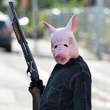 25. September 2016   Ganz schon beängstigend: Diesem Star möchte man so nicht auf der Straße begegnen. Bloß wer steckt unter dieser Schweinemaske, bewaffnet mit einem Gewehr?