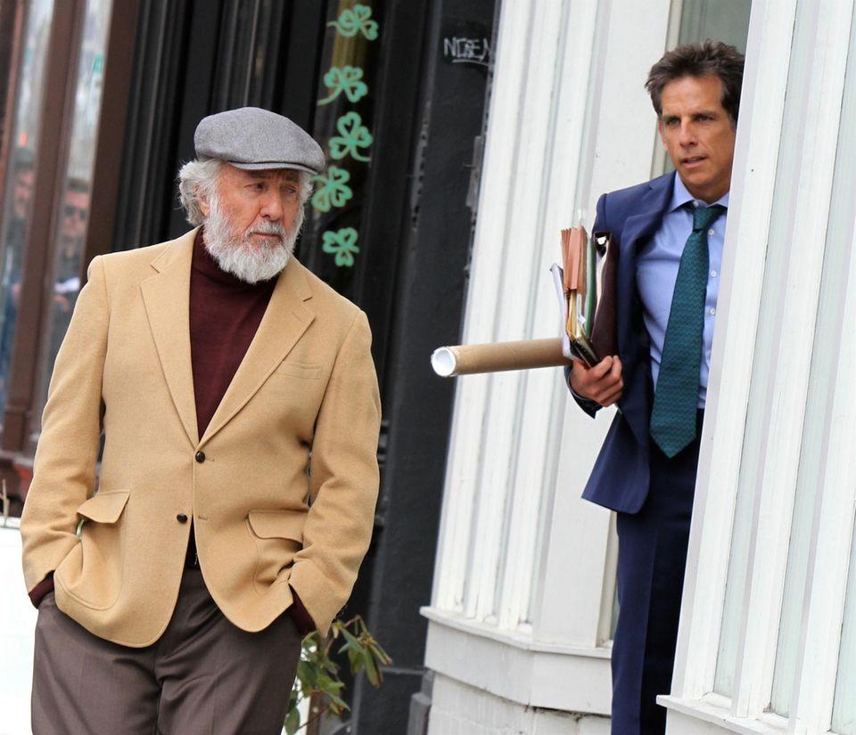 """23. März 2016: Die Dreharbeiten zum Film """"The Meyerowitz Stories"""" haben begonnen, der neuen Tragikkomödie von Noah Baumbach. Ben Stiller und Dustin Hoffman arbeiten hier an einer Szene in Brooklyn."""