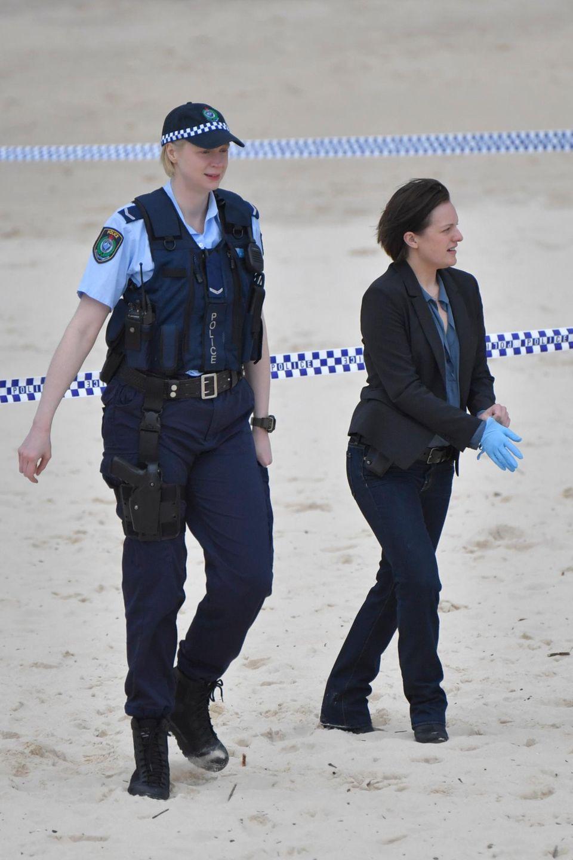 """6. Juli 2016: Gwendoline Christie und Elizabeth Moss drehen am Bondi Beach in Sydney """"Top of the Lake""""."""