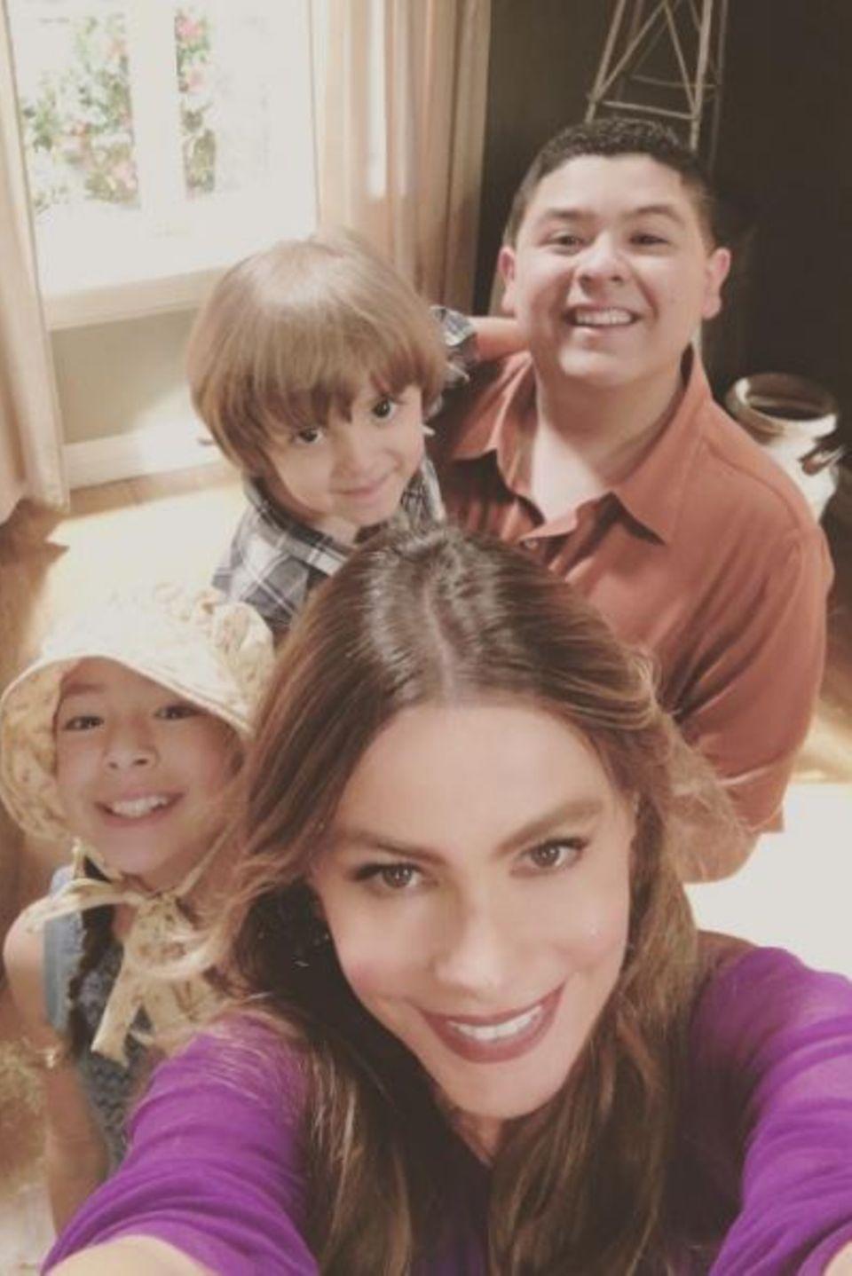 """Sofia Vergara liebt ihren Job: Der """"Modern Familiy""""-Star postet liebend gerne Fotos vom Dreh - hier gerade ein Selfie mit ihren Serien-Söhnen und ihrer Serien-Enkelin."""
