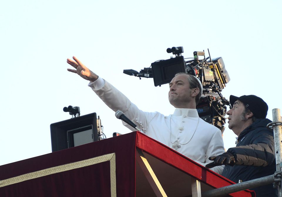 """12. Januar 2016: Der Schauspieler Jude Law steht zum Glück wieder nur als Serien-Papst für das achtteilige Drama """"The Young Pope"""" auf der Kanzel. Ein Segen!"""