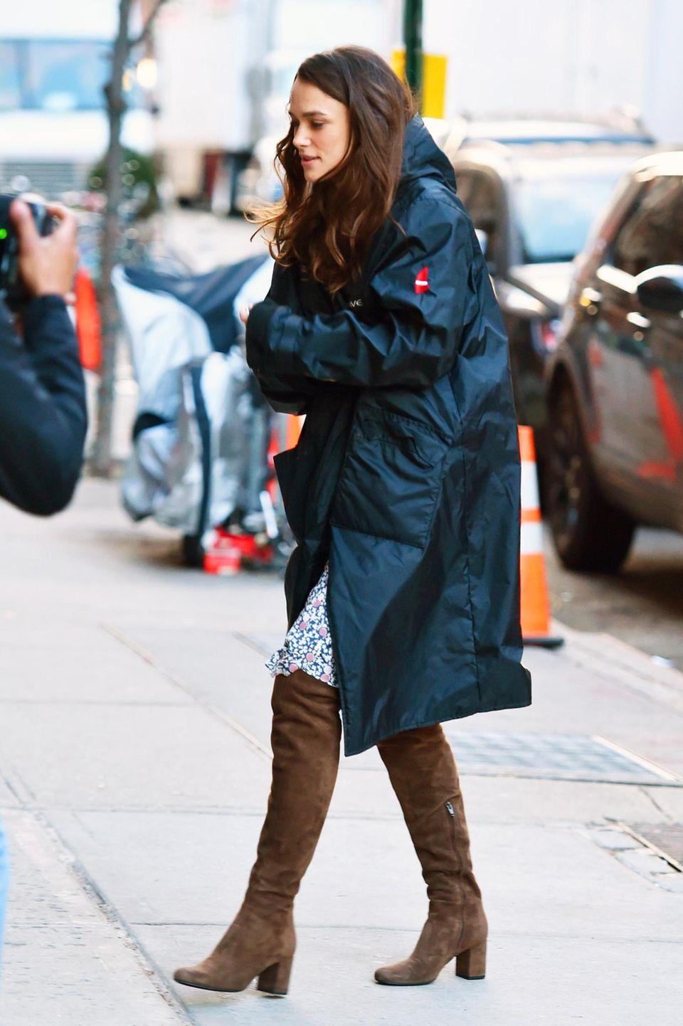 """1. März 2016: Keira Knightley läuft für den Film """"Collateral Beauty"""" im merkwürdigen Seventies-Look durch New York."""