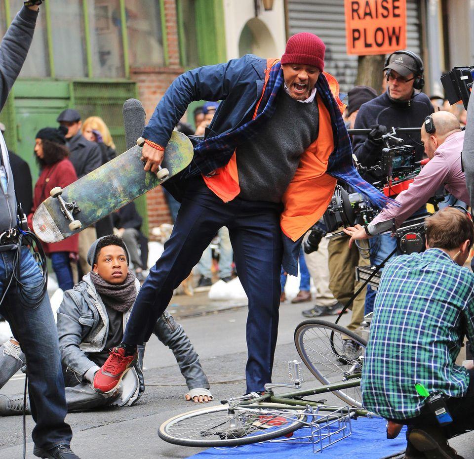 """31. März 2016: Will Smith dreht eine Szene für """"Collateral Beauty"""", in der der Werbefachmann wütend ein Skateboard wirft."""