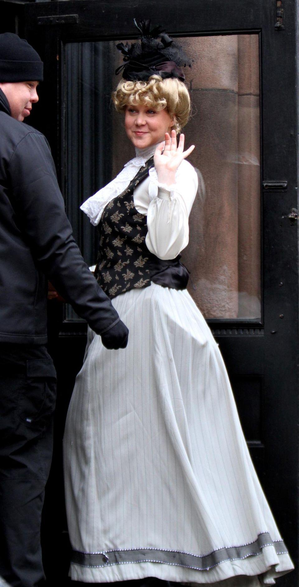 """23. Februar 2016: Amy Schumer trägt für ihre Rolle in """"Amy Schumer inside"""" ein traditionelles Kostüm."""