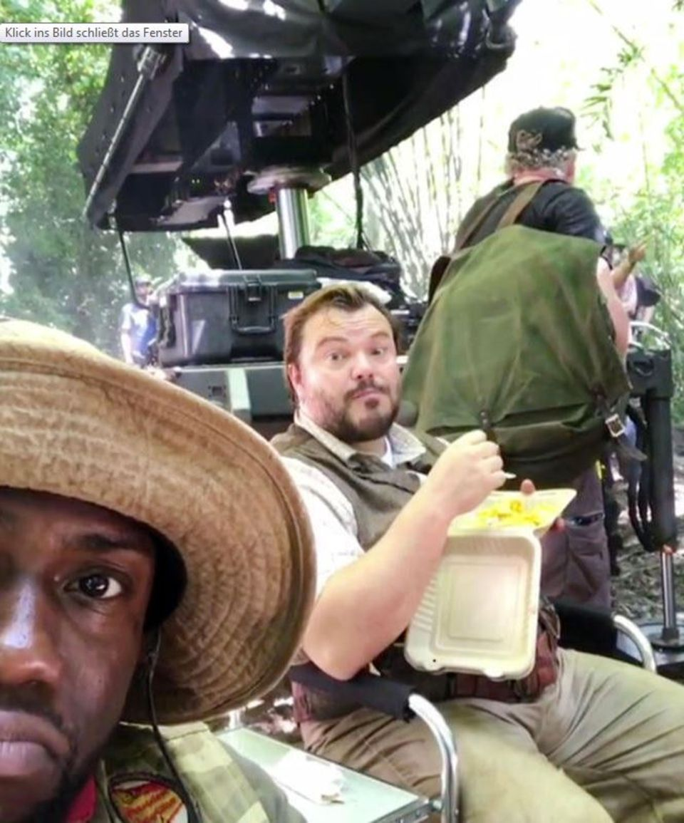 """Am Set von Jumanji berichtet Comedian Kevin Hart: """"Unsere Produktion wurde gestoppt. Es liegt nicht am Wetter, auch nicht an der extremen Umgebung, in der wir drehen, es liegt daran, dass Jack Black seine Pause noch nicht beendet hat."""" Im Hintergrund genießt Schauspieler Jack Black ganz gemütlich seine Pommes."""