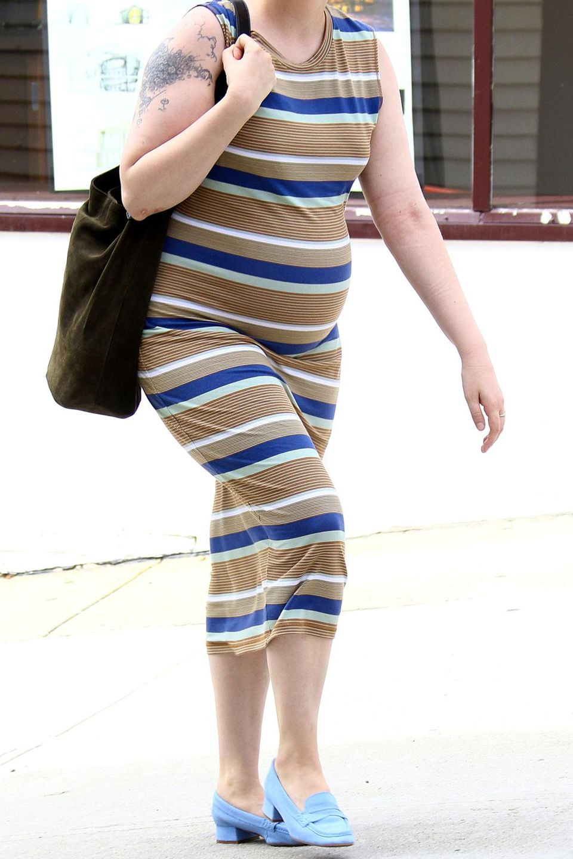 """Huch? Ist Lena Dunham etwa schwanger? Entwarnung: Es handelt sich um einen Fake-Babybauch am Set zur TV-Serie """"Girls"""" in New York."""