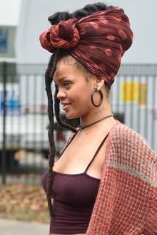 """3. November 2016: Rihanna wechselt das Metier. Sie durfte schon in einem Luc Besson-Film Erfahrungen sammeln. Nun spielt sie in """"Ocean's Eight"""" neben Größen wie Anna Hathaway, Helena Bonham Carter und Cate Blanchett mit. Auffällig ist ihre opulente Frisur. Wir sind schon sehr gespannt."""
