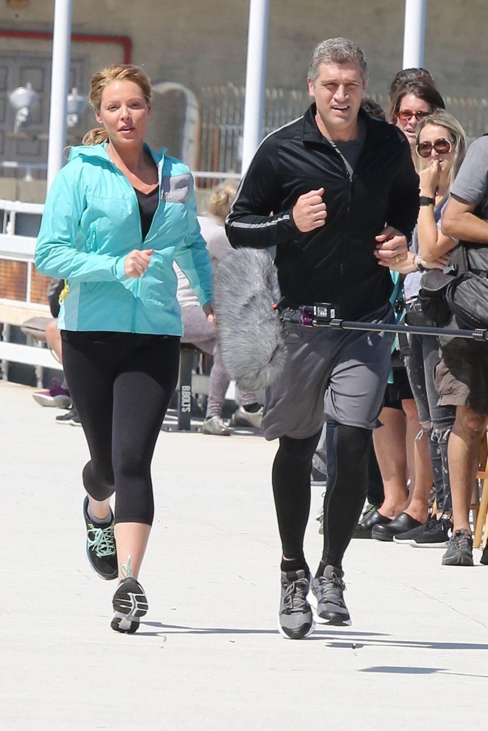 """2. August 2016: Die schwangere Katherine Heigl steht in New York für die Serie """"Doubt"""" vor der Kamera und muss eine Jogging-Szene spielen."""