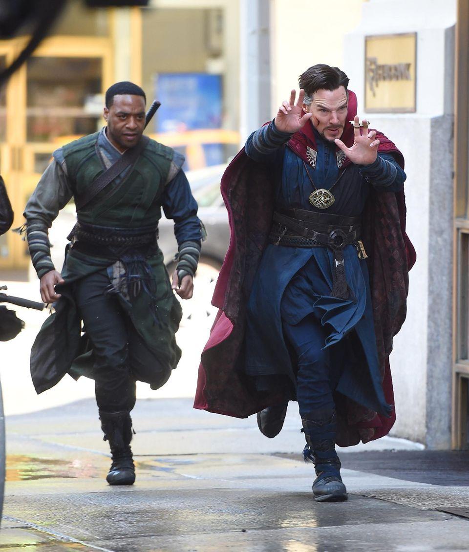 """3. April 2016: Diesen beiden möchte man auch nicht auf offener Straße begegnen: Die Schauspieler Benedict Cumberbatch und Chiwetel Ejiofor drehen eine Szene für """"Doctor Strange"""". Cumberbatch schlüpft in die Rolle des Superhelden-Magiers Stephen Strange."""
