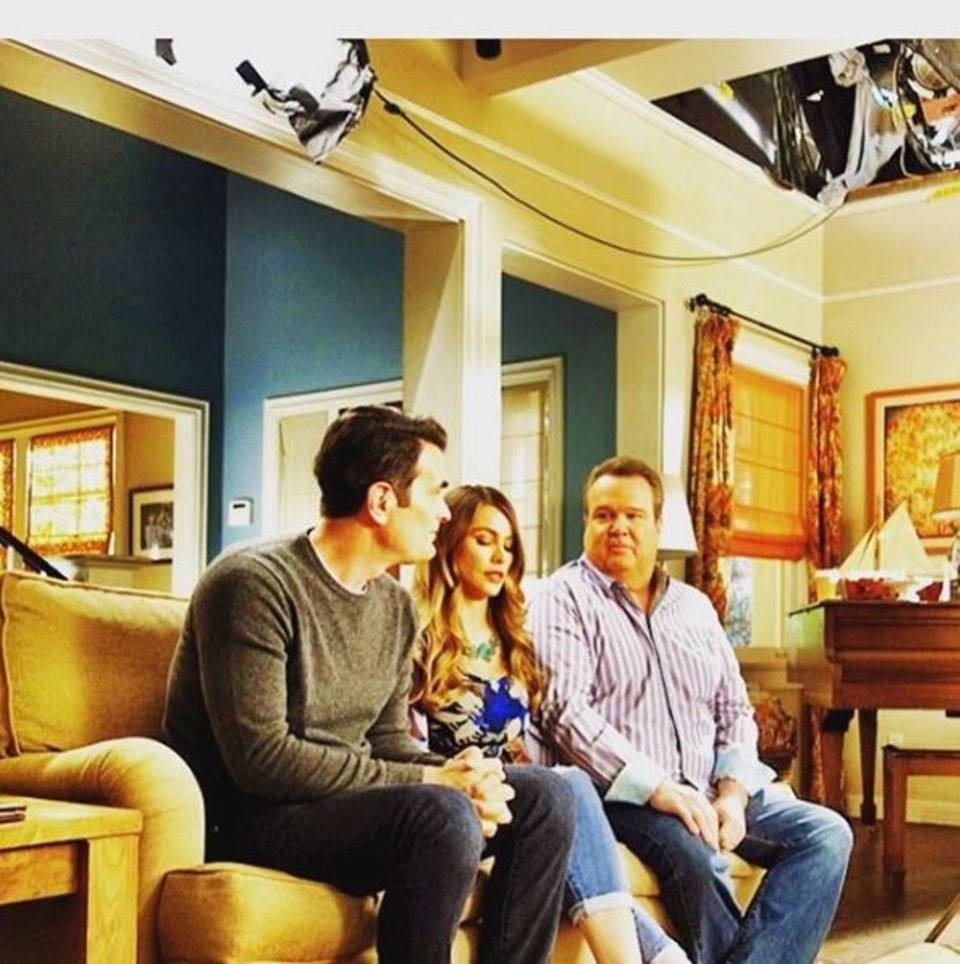"""14. Oktober 2016: Eine Szene am Set von """"Modern Family"""". Sofia Vergara als Gloria Pritchett auf der Couch mit ihren Serien Stiefschwiegersöhnen Phil Dunphy und Cam Tucker."""