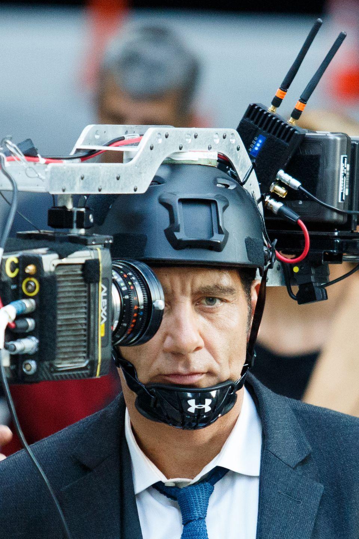 """3. September 2016:  Ein interessantes Konstrukt trägt Clive Owen da auf dem Kopf bei den Dreharbeiten zu """" ANON"""" in New York."""