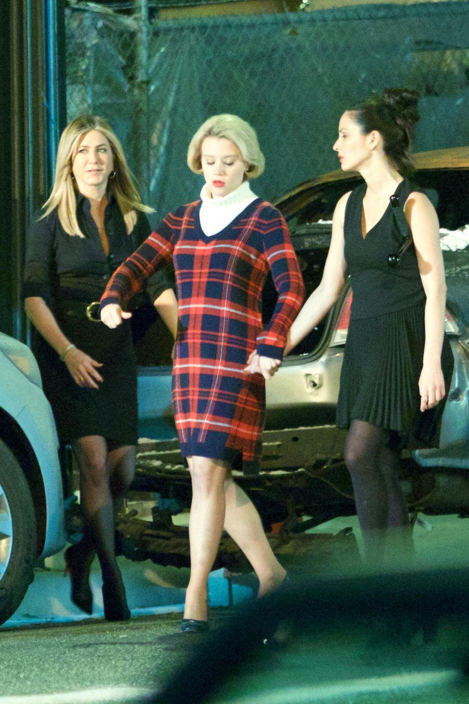 """30. April 2016: Jennifer Aniston, Kate McKinnon und Olivia Munn stehen für den Film """"Office Christmas Party"""" in Atlanta vor der Kamera."""