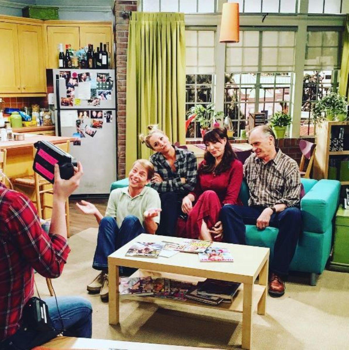 """Schauspielerin Kaley Cuoco erfreut """"The Big Bang Theory""""-Fans mit einem Foto ihrer Serienfamilie. Serienstar Katey Sagal spielt ihre Mutter Susan, Jack McBrayer den Bruder Randall und Keith Carradine Pennys Vater Wyatt."""