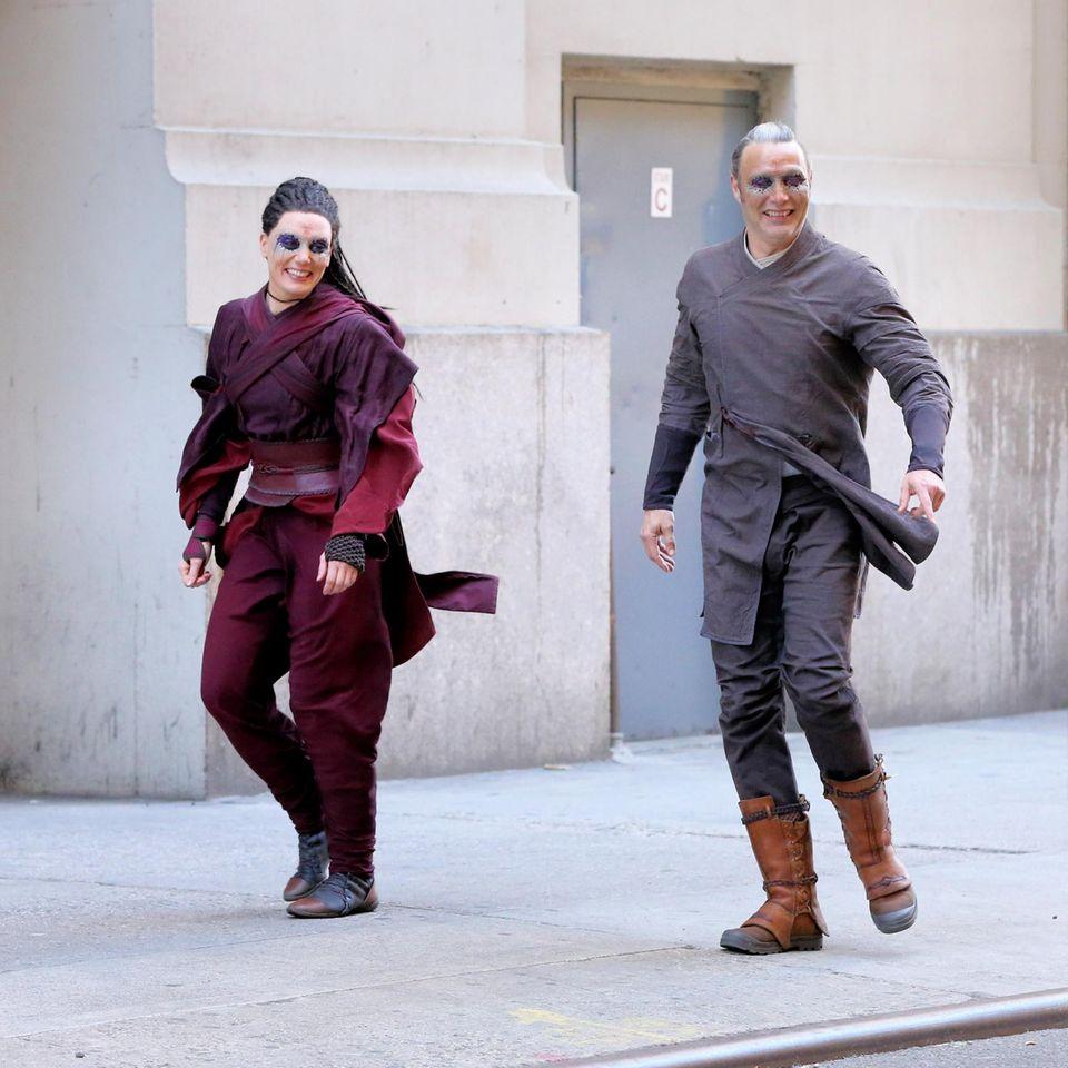 """3. April 2016: Der dänische Schauspieler Mads Mikkelsen und seine Kollegin Zara Phythian drehen ebenfalls eine Szene für """"Doctor Strange"""". Mads spielt einen Bösewicht."""