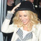 Nanu, was ist das denn für ein Klunker, der da an Kylie Minogues Finger glitzert und alle Aufmerksamkeit auf sich zieht?! An mehreren aufeinander folgenden Tagen trägt sie den Diamantring nun bereits. Dabei macht sie keinerlei Anstalten, den rechteckigen, blauen Edelstein zu verstecken. Das geht ihr mit ihrem Strahlen genau so. Man munkelt bereits: Das ist das Lächeln einer frisch Verlobten. Ob ihr Liebster, Joshua Sasse, sie tatsächlich gefragt hat?!