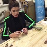 Trends nur anschauen? Das ist nichts für Model Marie Nasemann. Im Atelier der Modedesignerin Marina Hoermanseder kreiert sie selber mit. Mit Kleber und viel Spaß bastelt sie schicke Ohrclips zusammen.