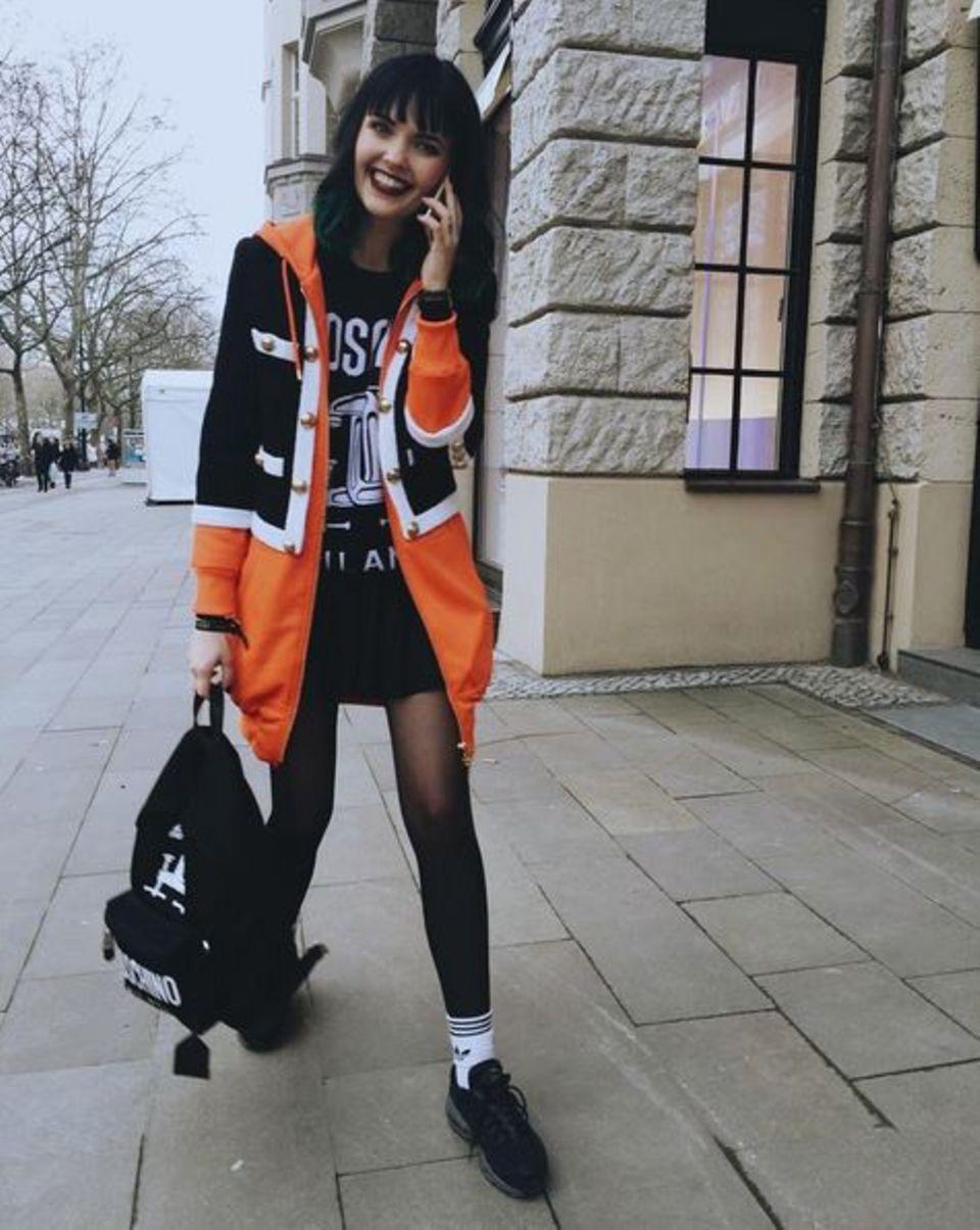 Auch Bonnie Strange hat sich nun unter die Fashionistas der Modewoche begeben. Nachdem sie am zweiten Tag für das Label Riani gemodelt hat, läuft sie einen Tag später lässig durch die Hauptstadt. Ob an ihrem Handy schon das nächste Jobangebot eingegangen ist? Beschäftigt scheint sie zumindest zu sein.