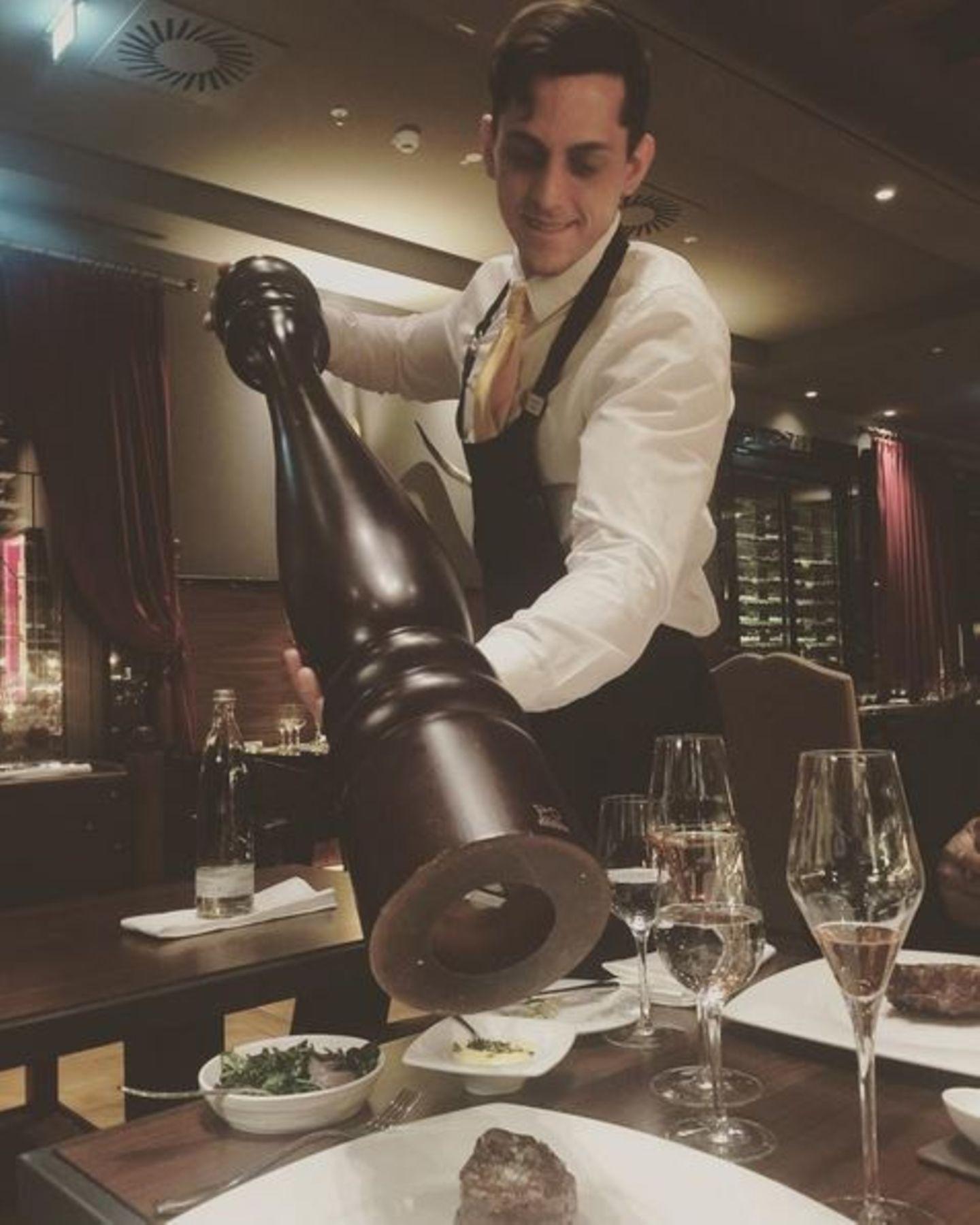 """Stärkung muss sein! Motsi Mabuse genießt nach der Maybelline-Show ein Dinner im angesagten Restaurant """"Titanic"""". Sie weiß: Während der Fashionweek muss man Pfeffer im Hintern haben, um von A nach B zu kommen."""