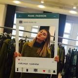 Montag Maybelline, Dienstag Riani: Stefanie Giesinger hat während der Fashionweek einen vollen Terminkalender. Spaß und Grimassen beim Fitting müssen dennoch sein.
