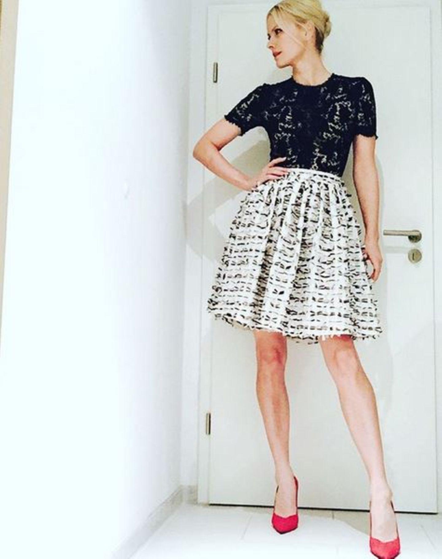 """Das Hotelzimmer von Franziska muss während der Modewoche einer wahren Boutique gleichen. Mehrmals am Tag zieht sie sich hier um und sieht jedes Mal einfach stylisch aus. In eleganter Kombination aus Rock und Spitzenoberteil geht es für sie zu der """"Mercedes-Benz Night""""."""