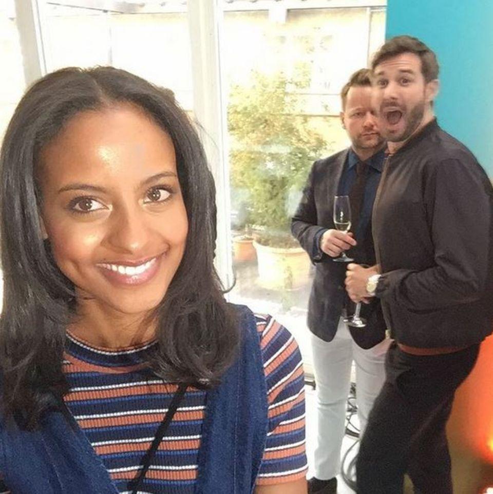 """Achtung, Photobomb! Als Sara Nuru ein Selfie beim """"GALA Fashion Brunch"""" machen möchte, lacht doch glatt Jochen Schropp mit in die Kamera."""