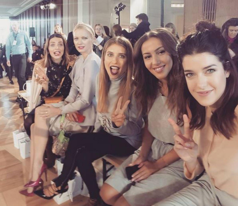 Bei so viel hübscher Frauen-Power muss dann auch gleich ein Selfie her! Eva Padberg, Franziska Knuppe, Cathy Hummels, Sängerin Namika und Marie Nasemann posieren mit viel Spaß für einen lustigen Schnappschuss.
