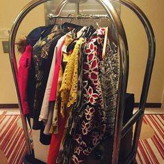 Am letzten Tag der Fashionweek zeigt sich in Franziska Knuppes Hotellobby, was ihre vorherigen Fotos bereits vermuten ließen: Ihre Suite muss während der vergangenen Tage einer kleinen Boutique geglichen haben. Beim Checkout am Vormittag kann man ihre tollen Outfits noch einmal in ganzer Pracht bewundern.