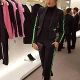 Nur gut, dass Marie Nasemann bei ihrem Accessoire-Stündchen nicht mit dem Klebstoff gekleckert hat. So kann sie in ihrem hübschen Anzug direkt zum Store-Opening von Versace am Kudamm weiter.