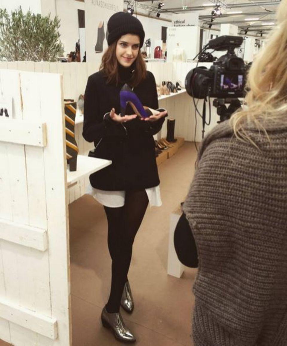 """Der """"Greenshowroom"""" wird während der Fashionweek zu Marie Nasemanns Place-To-Be. Beim Videodreh zeigt sie, was es hier für tolle Schuhe zu bestaunen gibt."""