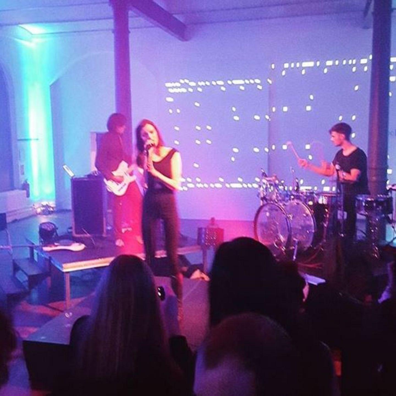 """Nach der Schau von Marina Hoerseder ist die Freude bei Marie Nasemann besonders groß: Auf der Aftershow-Party spielt die Hamburger Indie-Band """"Boxer"""", die das Model nun erstmals live hört."""
