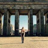 Tag 2  Den zweiten Tag geht Lena Gercke etwas ruhiger an. Sie genießt am Brandenburger Tor die Sonne, bevor es wieder in das dunkle Fashion-Zelt zurückgeht.