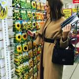 Doch bevor die Models über den Catwalk laufen, nimmt sich Eva Padberg noch etwas Zeit dafür, Blumensamen zu kaufen. Soll ja schließlich bald Frühling werden!