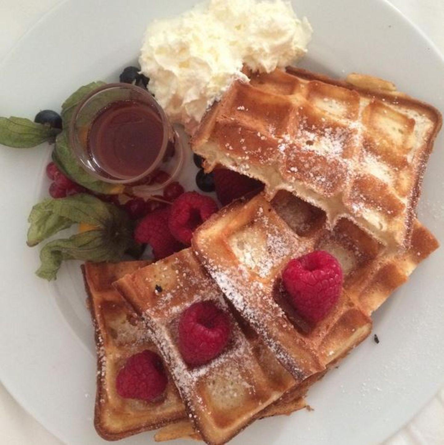 Der dritte Tag beginnt für Rebecca Mir mit einem süßen Frühstück. Zwischen all den Shows auch noch Kalorien zählen? Das muss nun wirklich nicht sein! Vor allem nicht bei ihrer Topfigur.