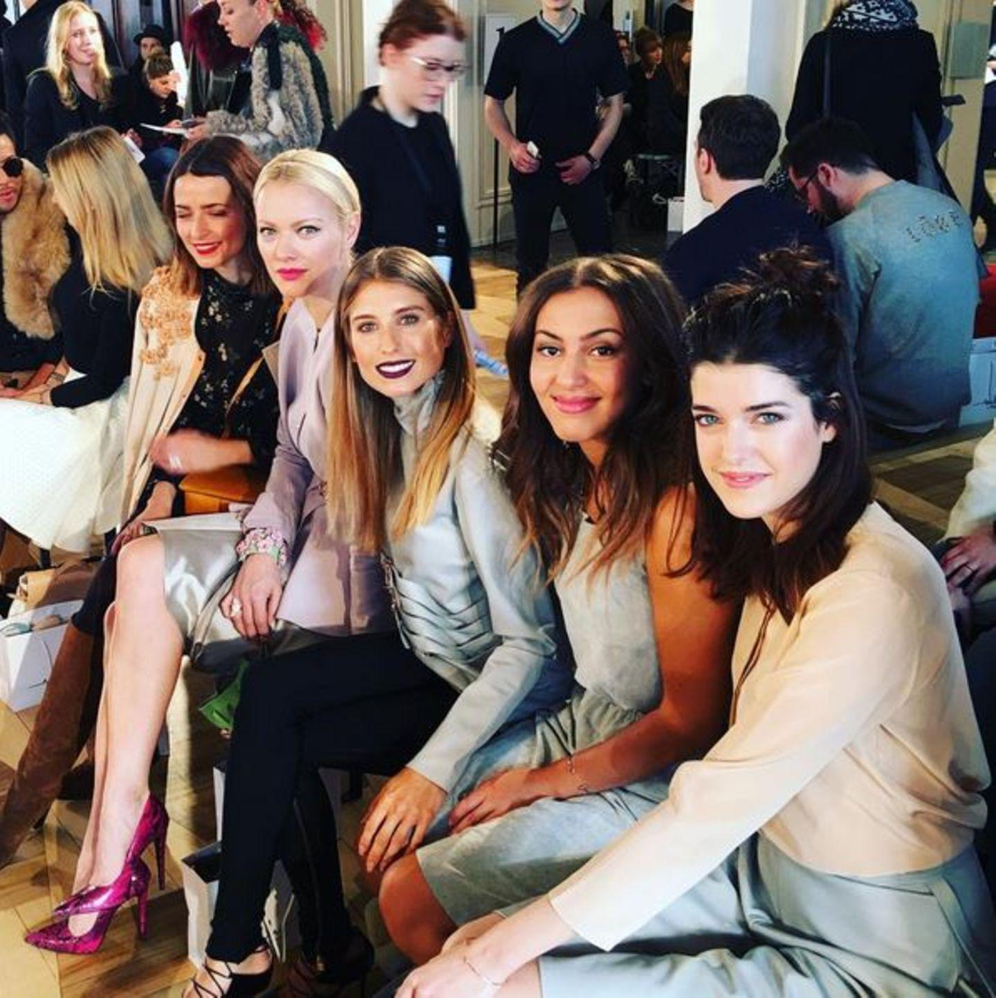 Bei der Modenschau der Designerin Marina Hoermanseder lässt sich auch Cathy Hummels in der ersten Reihe nieder und ist in bester Gesellschaft.