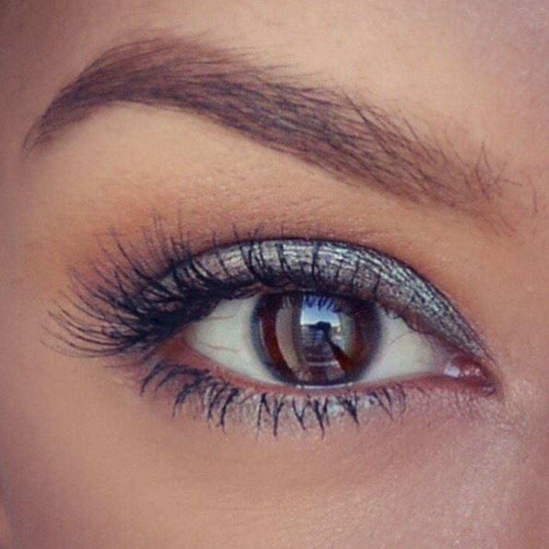 Model Rebecca Mir verwandelt sich während der Fashionweek fast stündlich. Wie begeistert sie von ihrem Augen-Make-up ist, zeigt sie auf Instagram.