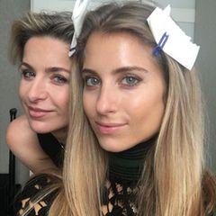 """Tag 5  Mit ihrer Schwester Vanessa möchte Cathy Hummels zum """"GALA Fashion Brunch"""" aufbrechen. Die ist am Freitagmorgen aber noch nicht zu sehen. Die Zeit vertreibt sich die Ehefrau von Mats Hummels daher mit Ewa Isabella, ihrer Make-up-Artistin, die sich auch um ihr Haar kümmert."""