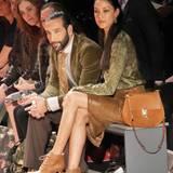 Rebecca Mir, neben ihrem Mann Massima Sinato, holt sich schon mal Fashion-Inspirationen für den nächsten Herbst und Winter.